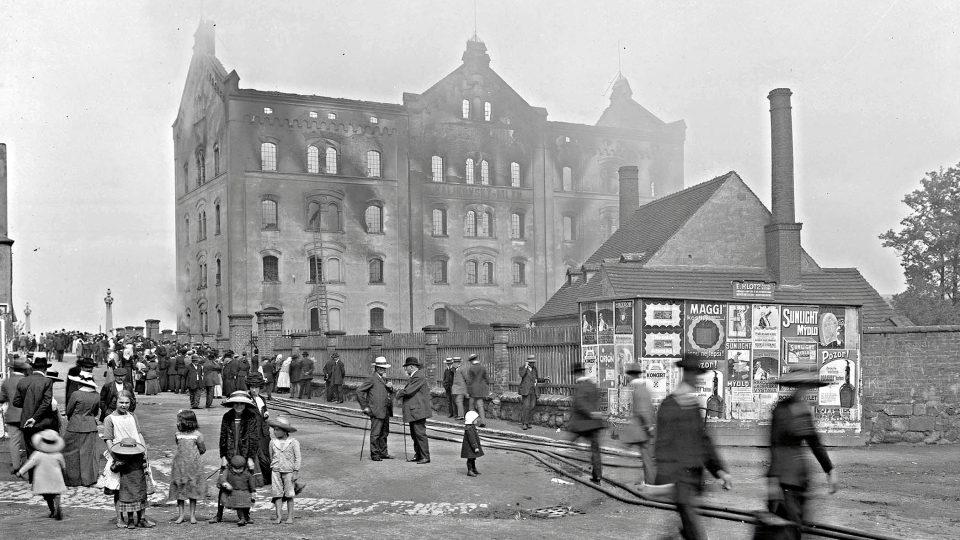 Bylo tomu tak i v případě požáru Kalikovského mlýna v červnu 1913. Mlýny plné snadno zápalného moučného prachu bývaly požáry ohrožené a Kalikovský mlýn za dobu své existence vyhořel několikrát