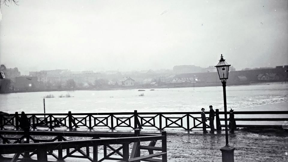 Obávaným živlem byla i voda, byť povodně ohrožovaly jen některé části města. Pohled na velkou povodeň v roce 1890 z tzv. Královského mostu (u pozdějšího muzea); při levém okraji je silueta školy nad Hamburkem, od ní pokračují domy Sirkové ulice k nádraží