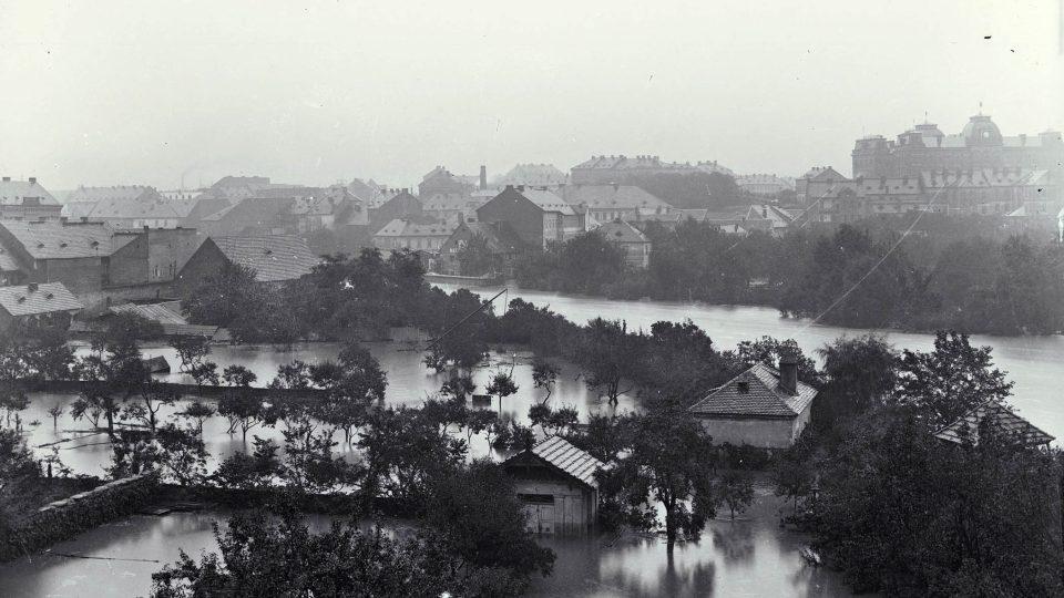 Zatopené zahrady podél Radbuzy na Pražském předměstí při povodni v roce 1890