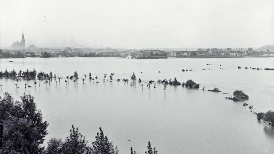 Pohled od pivovaru na zatopené louky směrem k Roudné při povodni v roce 1890
