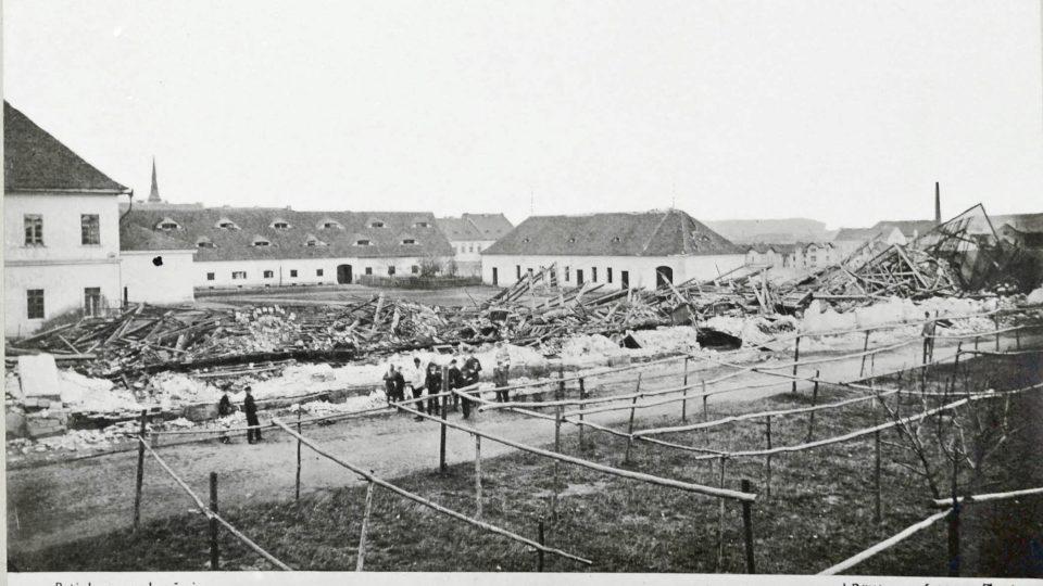 Zahrozit dovedl i vítr. Takto dopadla vojenská pekárna a skladiště na dnešním Masarykově náměstí při vichřici v noci z 26. na 27. října 1870