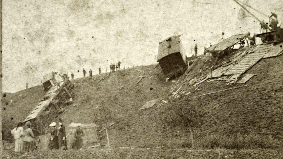 Nová technika přinášela i nová rizika. Pozornost poutala zejména neštěstí na železnici, neboť se odehrávala na očích veřejnosti. Na snímku odklízení trosek po nehodě u Zdemyslic v srpnu 1890