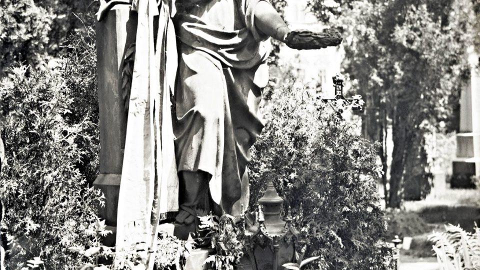 Výraznou stopu v paměti Plzně zanechaly smrt a pohřeb Josefa Kajetány Tyla v roce 1856. Zejména jeho pohřeb se stal první příležitostí pro hromadné vystoupení české Plzně. Pomník J. K. Tyla na hřbitově u sv. Mikuláše