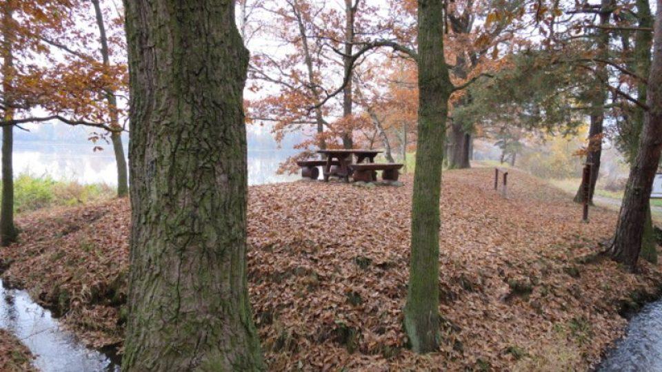 Hráz mezi rybníky Horní a Dolní Fikač láká k odpočinku