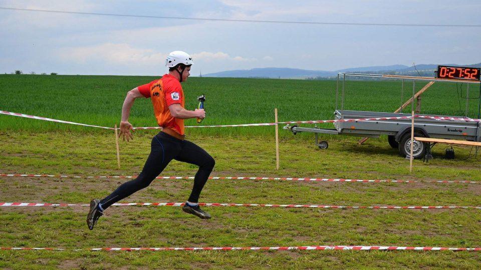 Hasič Petr Dudek bojuje na okrskové soutěž Bezděčí 2015