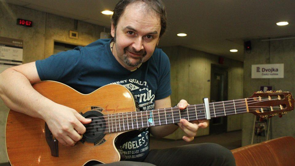 Norbi Kovács s kytarou. Co dodat...?