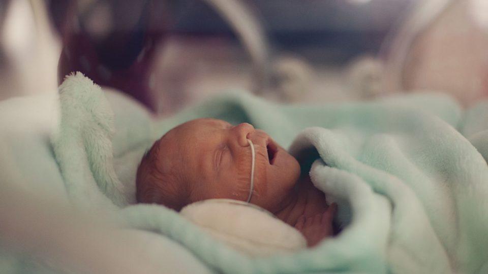 Předčasně narozené děti potřebují speciální péči