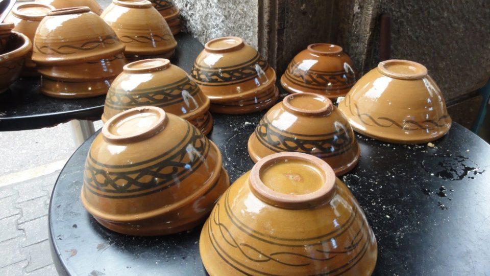 Typické tuniské misky čekají na naplnění