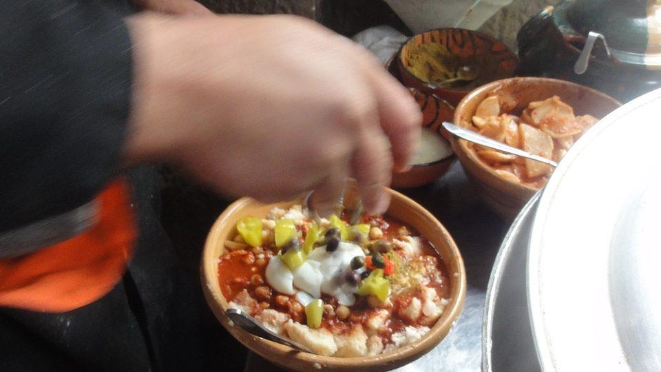 Navrch přijdou kapari, olivy a lehce pálivá zelená paprika