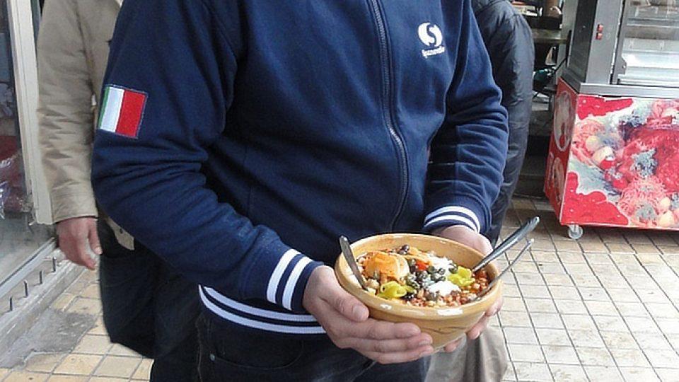 Spokojený zákazník se těší v chladném lednovém dni na svou výživnou porci