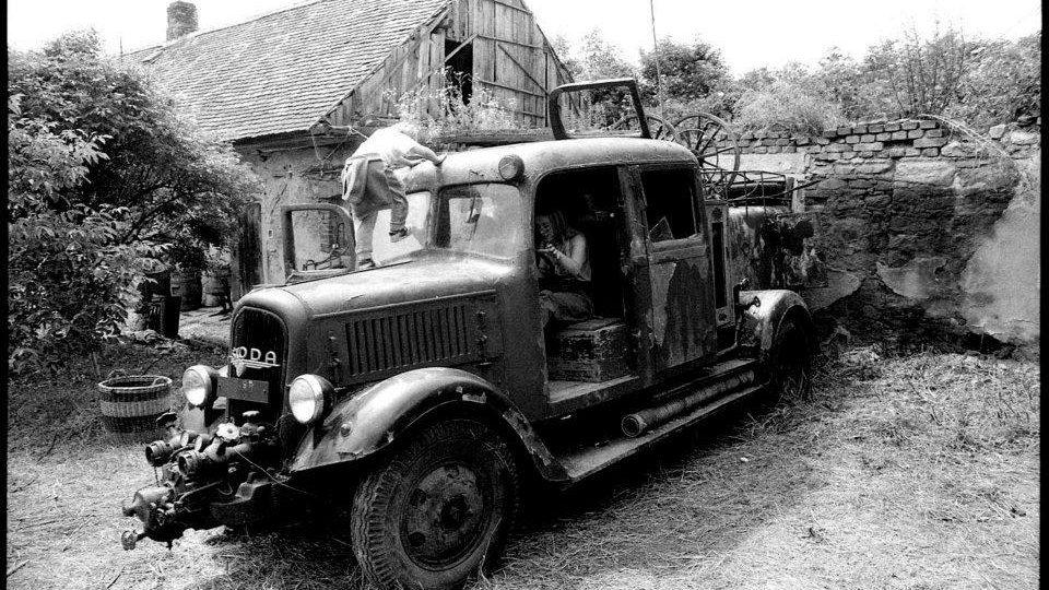 Hasičská škodovka na archivním snímku v Kostelním Vydří