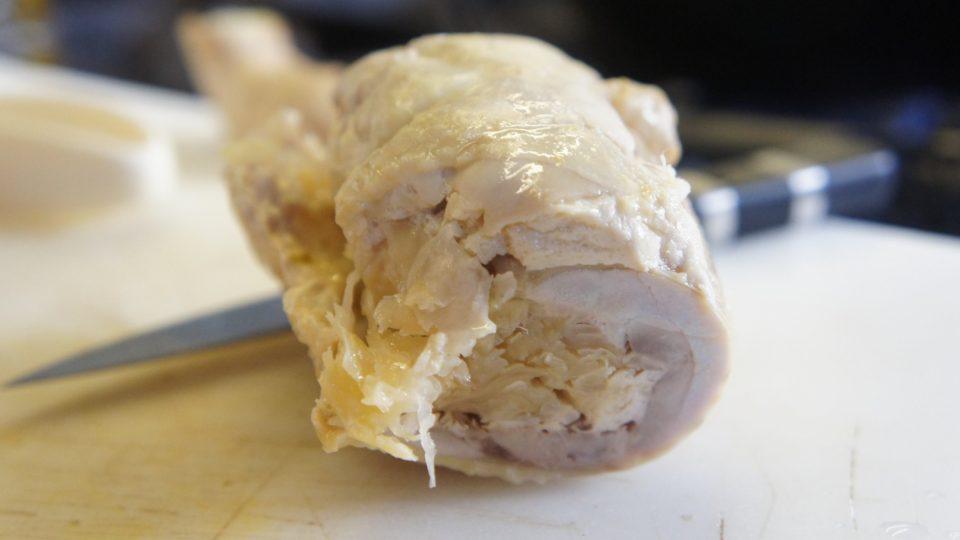 Do vykostěného kuřete dáme kysané zelí, a maso potřeme připravenou směsí, které říkáme fáš