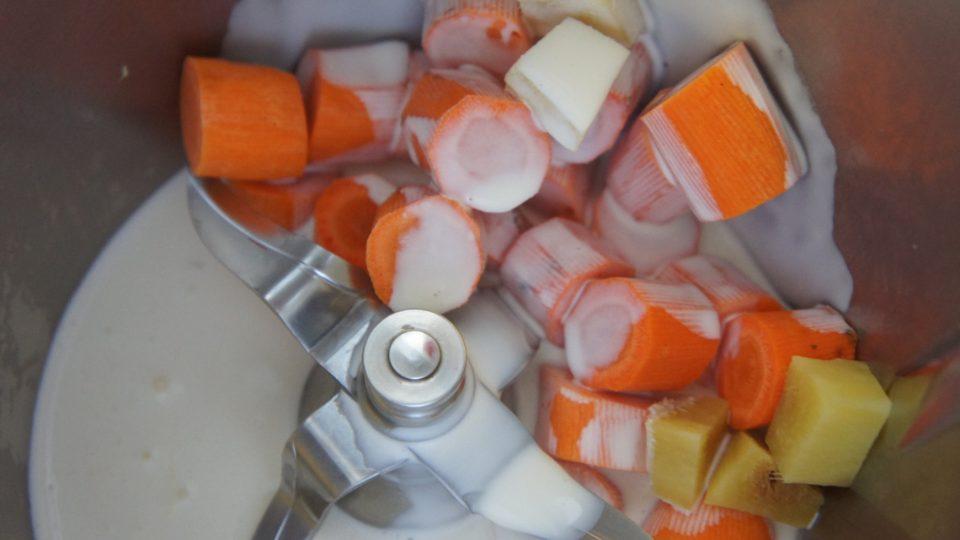 Očistíme také zázvor, který nakrájíme na malé kostičky, které přidáme na závěr vaření k mrkvi. Až se nám voda téměř vyvaří, přilejeme smetanu a provaříme