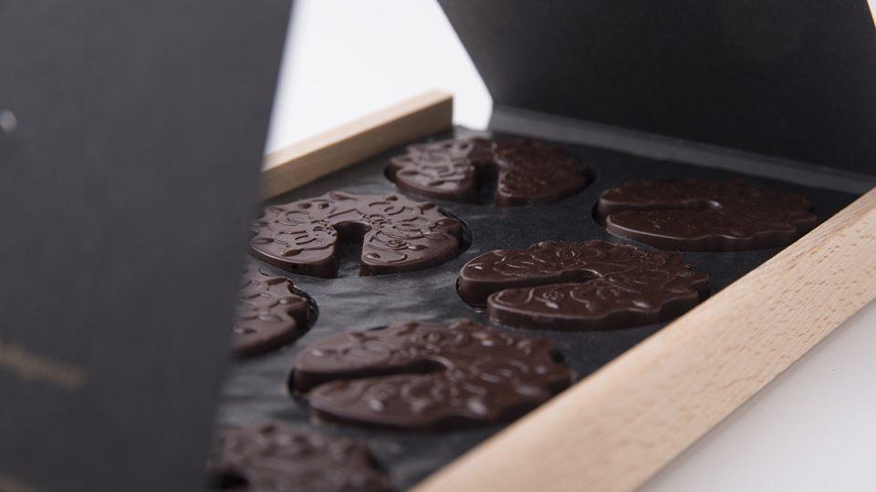 Čokolády k párování Dana Syrového jsou ochuceny celým buketem koření, bylin, květin, dřev a solí