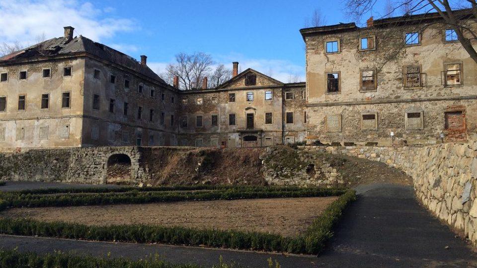 zdevastovaný zámek v Lipové na Šluknovsku
