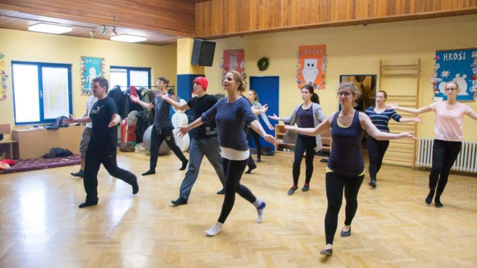 Zkoušky na nový muzikál Cyrano, který napsal osmnáctiletý student Vojtěch Adamčík