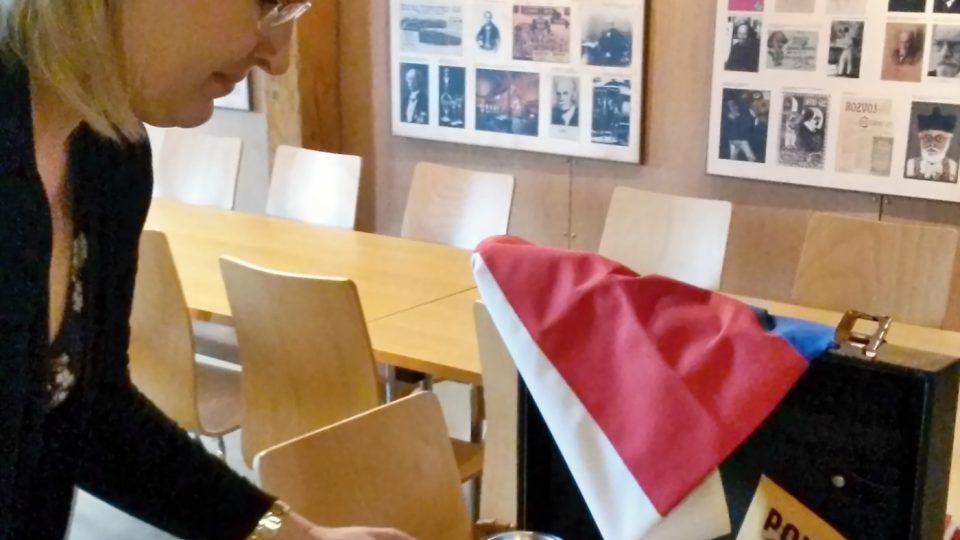 Ředitelka bíloveckého muzea Eva Ševčíková nad obsahem muzejního kufříku