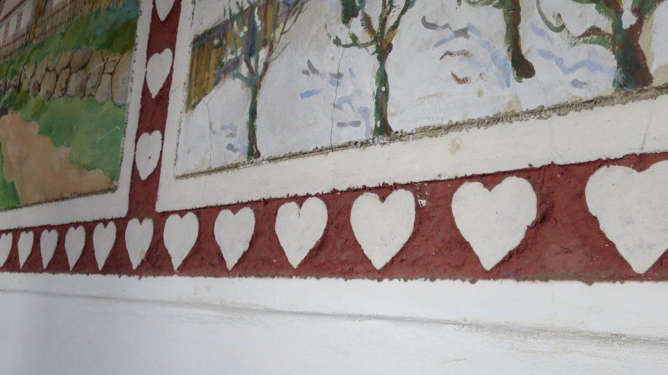 Každá freska je orámována přímo v omítce