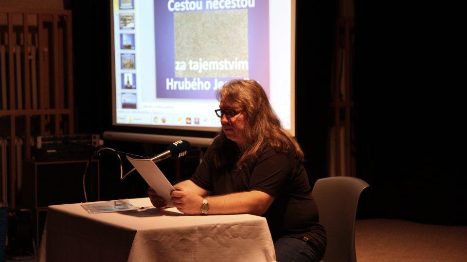 Mirek Kobza čte ze své knihy