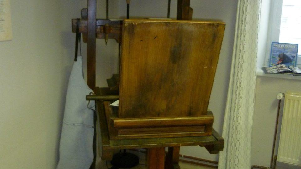 Funkční replika historického tiskařského lisu