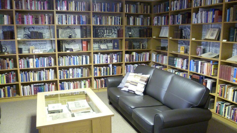 V regálech jsou stovky biblí. Můžete si sednout a listovat