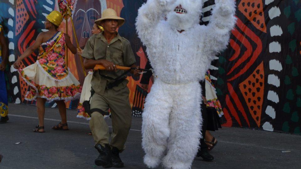 Karnevalové představení - hříčka o medvědovi - má zobrazovat cikánské skupiny, které kdysi předváděly po městech živá zvířata