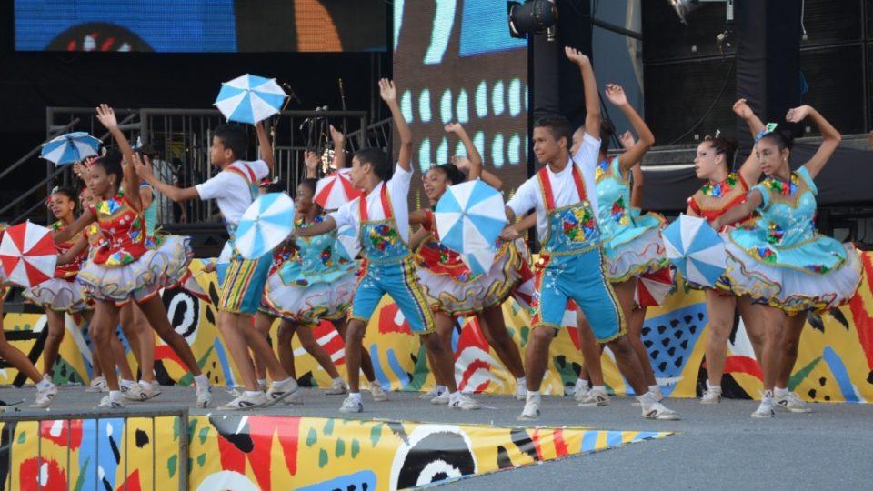 Mladí tanečníci hudebního stylu frevo tancují obrovským tempem - jako rekvizitu mají opět deštníček