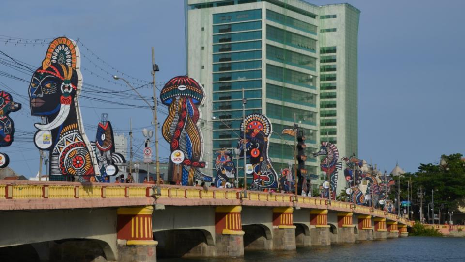 Most v centru Recife dává svou výzdobou znát, že i v karnevalu se uplatňují afrobrazilské tradice