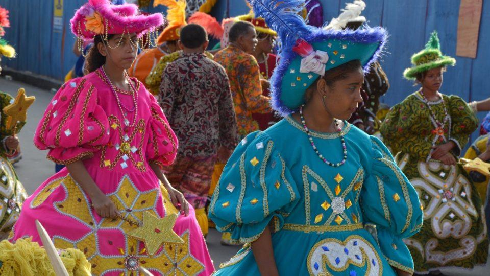 Pestré šaty účastnic karnevalové soutěže jsou vidět na dálku