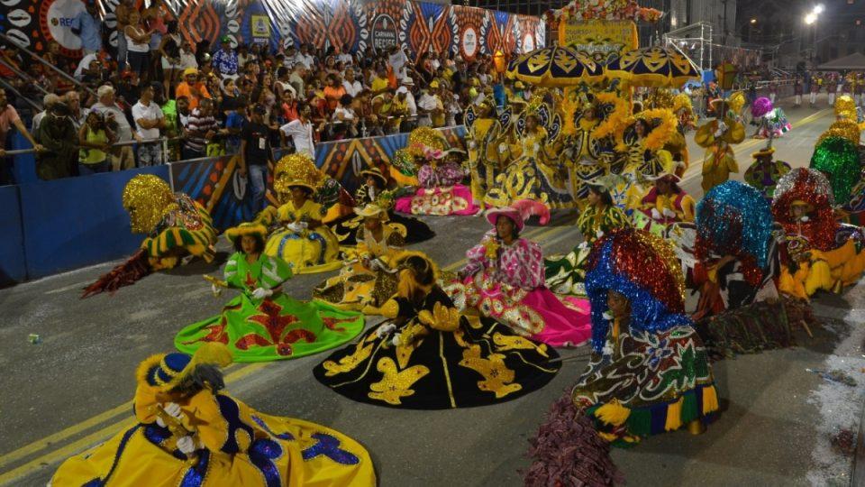 Pestré kostýmy jedné ze skupin tradičního představení zvaného maracatú