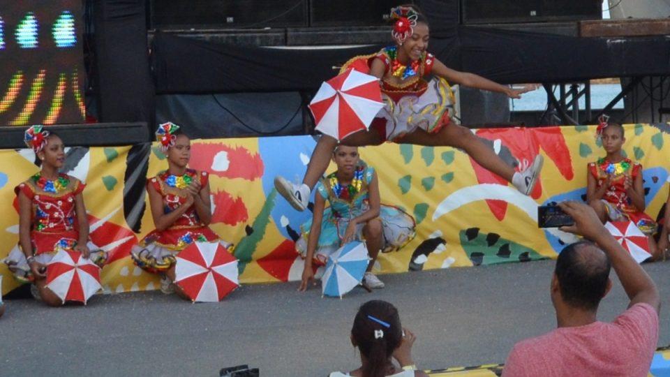 Taneční styl frevo údajně vychází částečně z bojového umění capoeira