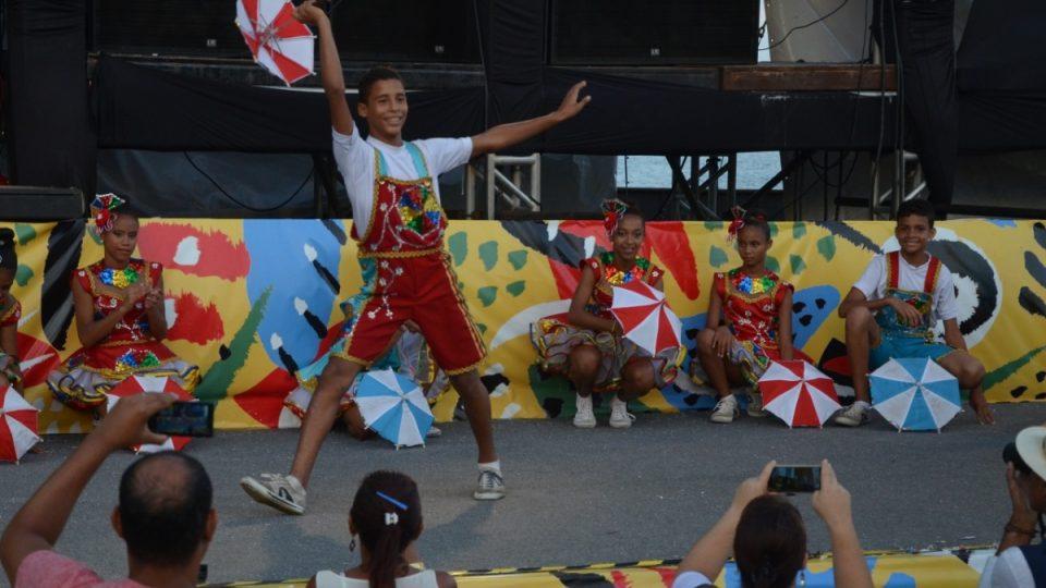Tanečníci s deštníčky předvádějí své umění