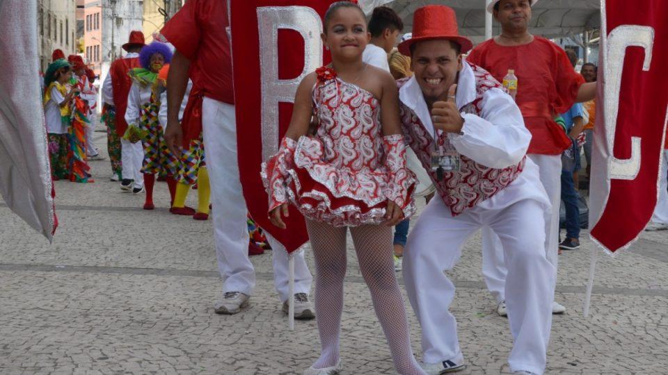 Tanečnice v čele průvodu Bianca a její bratr, šéf bicí kapely a organizátor karnevalové skupiny