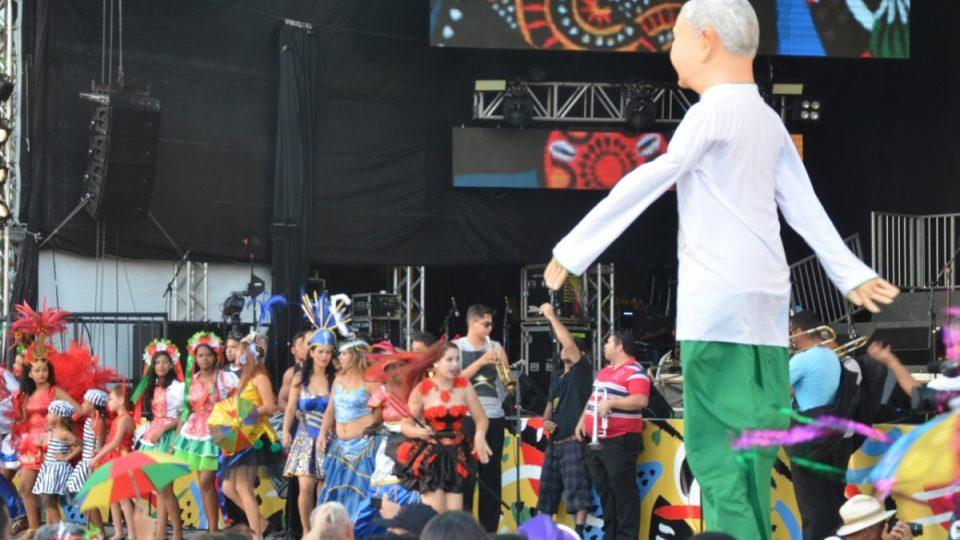 V karnevalových průvodech v Recife a v blízké Olindě se objevují i velké figuríny