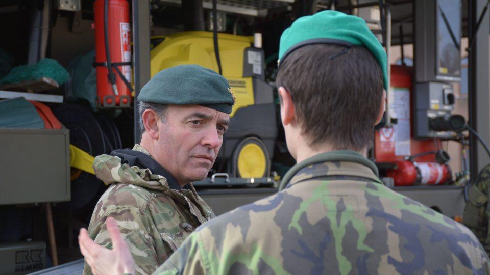 Připravenost pluku v Liberci prověřil brigádní generál sil velmi rychlé reakce Ian Stuart Mortimer z Velké Británie