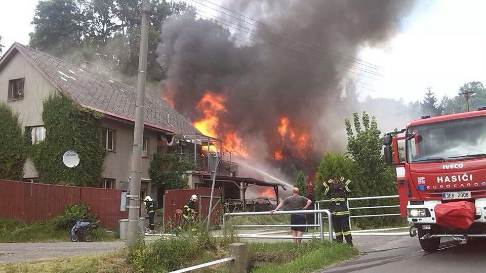 Hasiči z Jablonného při likvidaci požáru v Jamném v roce 2014