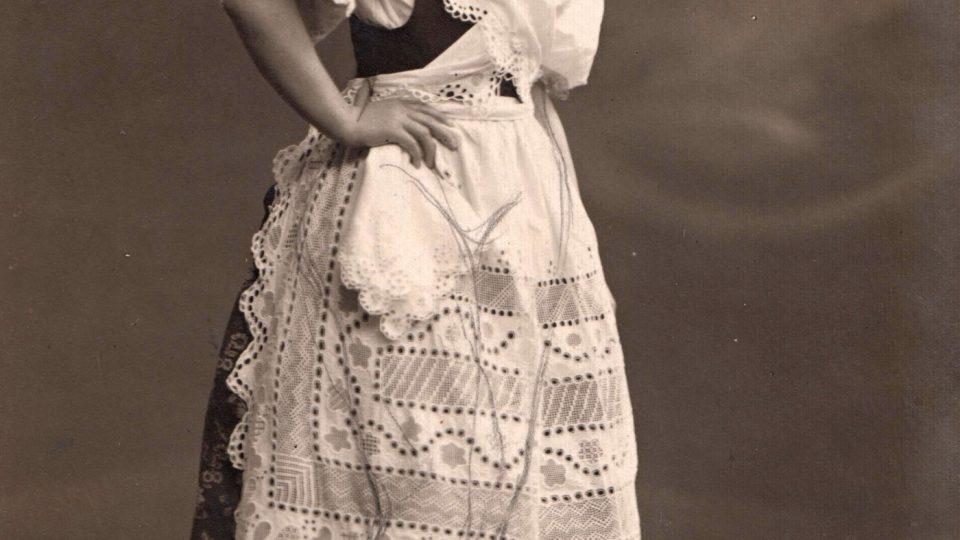 Plaský kroj zachycený na fotografii z poloviny 20. let 20. století