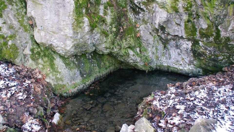 Voda zde vytéká přímo ze skály