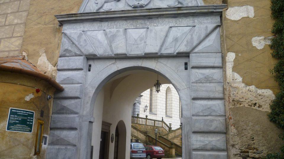 Ve vstupní bráně náměšťského zámku jsou ještě patrné kladky, pozůstatek starého dřevěného mostu