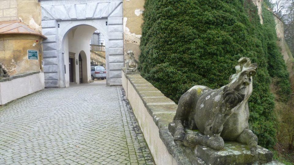 Vzácné sochy na zámeckém mostě