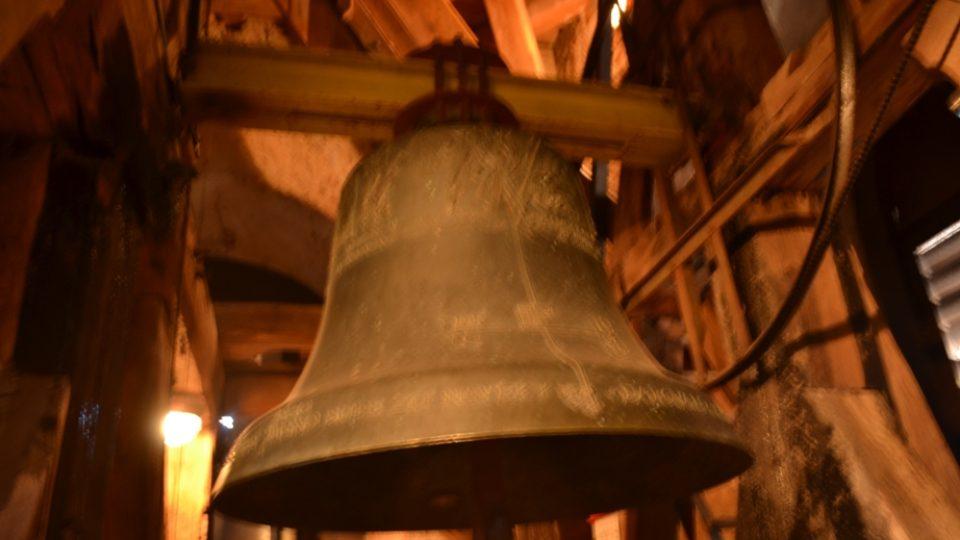 Když začnou zvony bít, vrchol městské věže se vychýlí o několik centimetrů