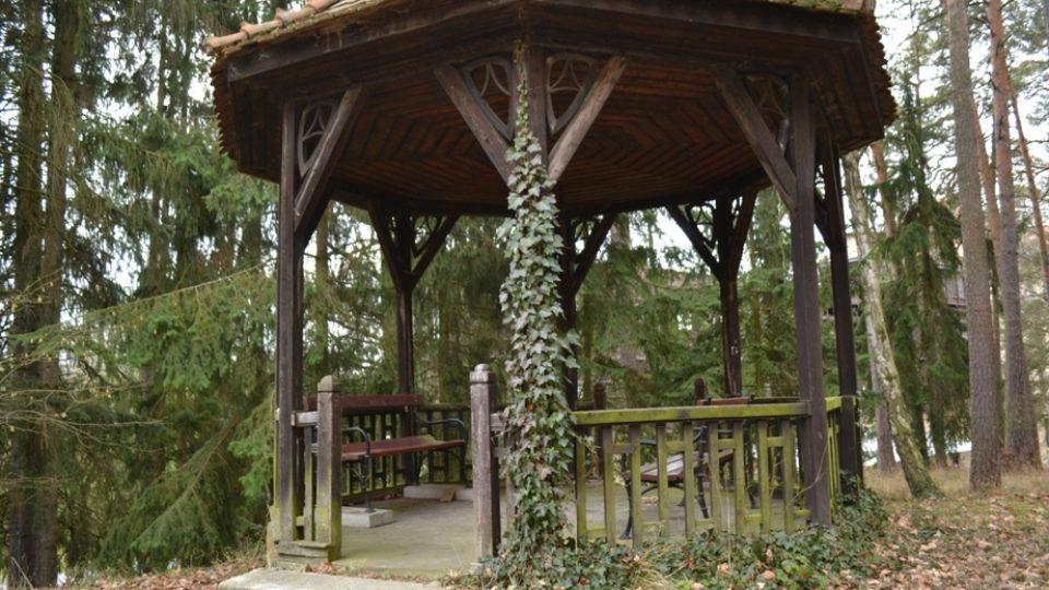 V parku sanatoria najdete nejedno romantické zákoutí