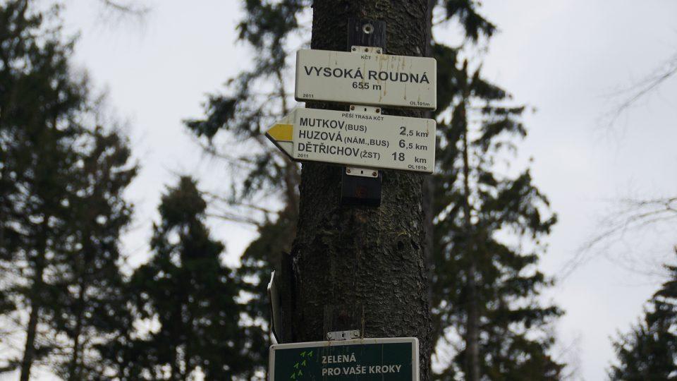 Ani rozcestník ani vysílač na Vysoké Roudné nejsou na samotném vrcholu, který je o 5 m vyšší než údaj na rozcestníku
