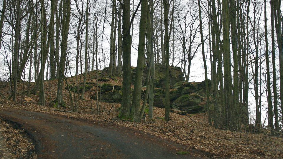 Jedno z mnoha skalisek při cestě k vrcholu