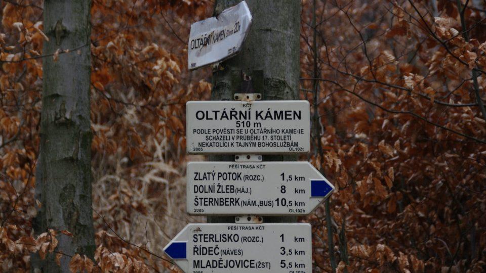 Oltářní kámen je v mapách zakreslen špatně. stačí se však držet značek a ty dovedou turistu až k němu