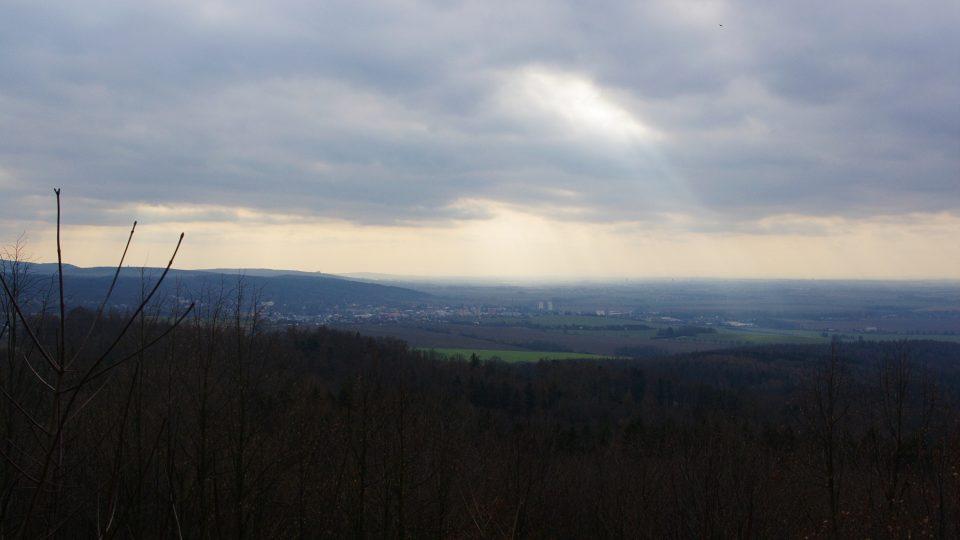 Výhled z altánu pod Dubovou horou sahá od Olomouce až k Bradlu
