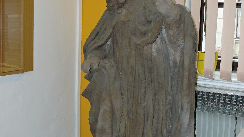Restaurované sochy vystavené v podatelně Městského úřadu v Zákupech