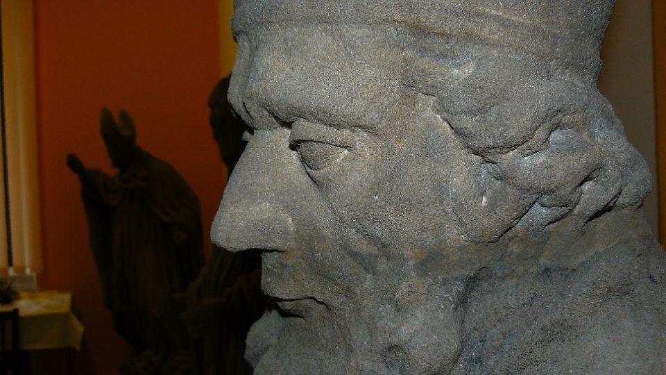 Detail restaurované sochy vystavené v podatelně Městského úřadu v Zákupech