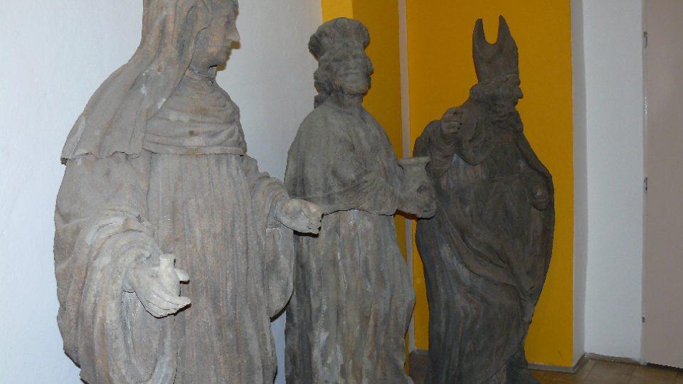 Tři restaurované sochy vystavené v podatelně Městského úřadu v Zákupech