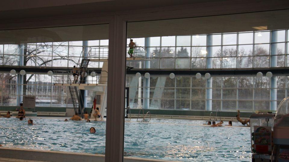 Od bazénu mají návštěvníci prosklenou stěnou výhled na řeku Vltavu